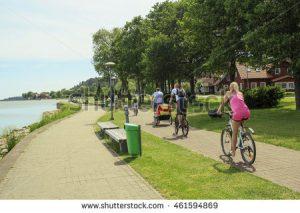family-lake-front-bike-ride